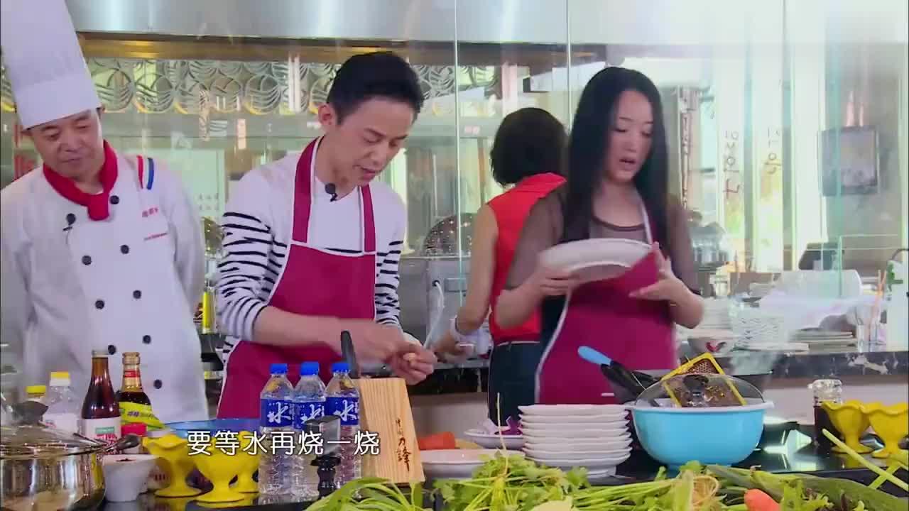 """""""甜歌天后""""杨钰莹秀厨艺,制作史上最豪华土豆丝,看着都超好吃"""