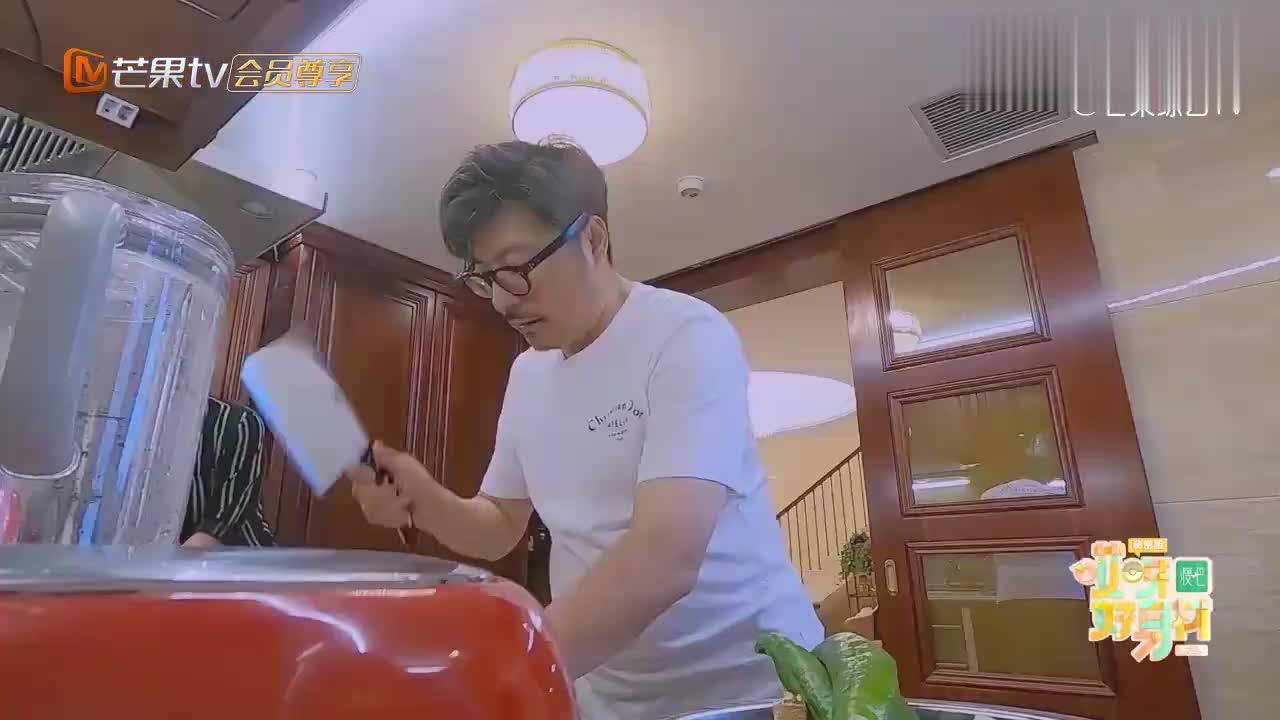 王岳伦在厨房剁鸡块,李湘吓得虎躯一震,屠龙刀又落你手上了?