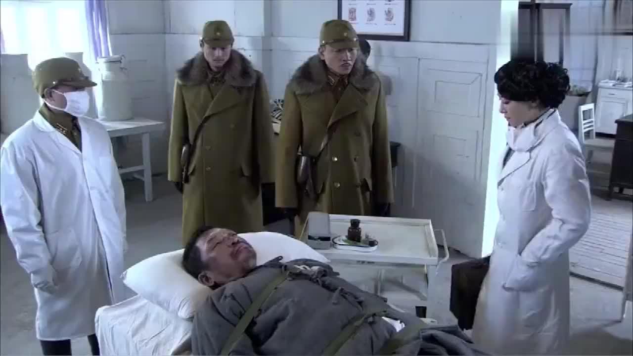鬼子要女医生给囚犯打毒针,不料女医生看清囚犯竟是父亲,崩溃了