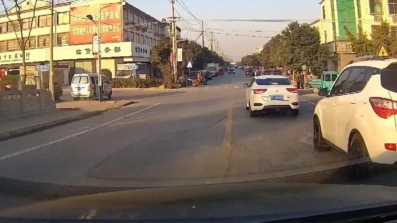 你这开车不出事故都怪了!