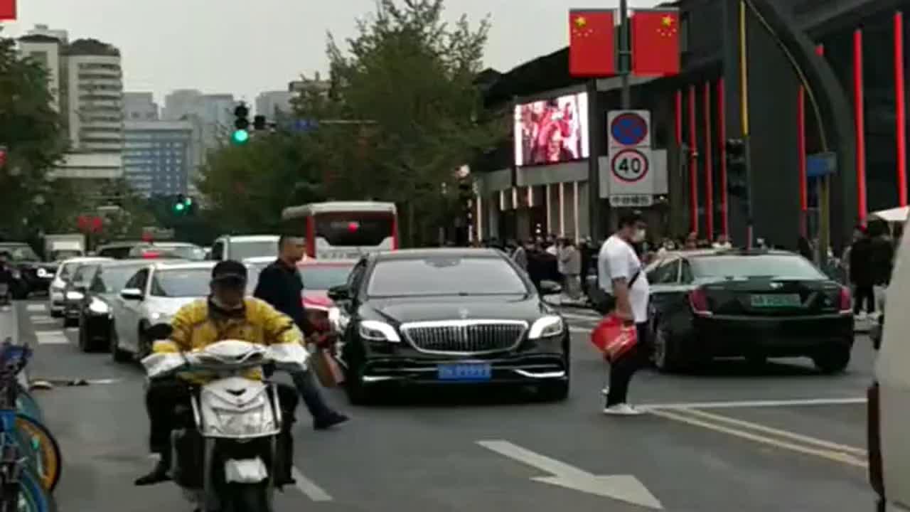 武威首富开九五之尊迈巴赫来太古里购物,后面的车完全不敢靠近