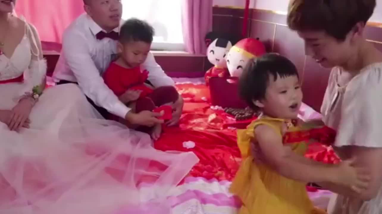 山东一帅哥结婚,打开新娘陪嫁的红皮箱,好霸气,真让人大开眼界
