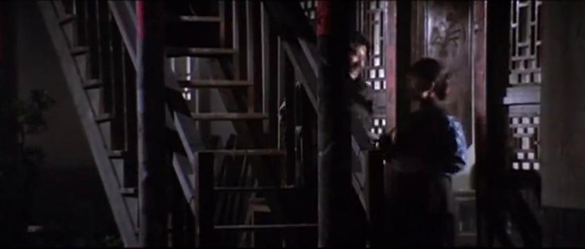 两男女偷情迫不及待上楼梯就亲上了还舌吻,不料被直播