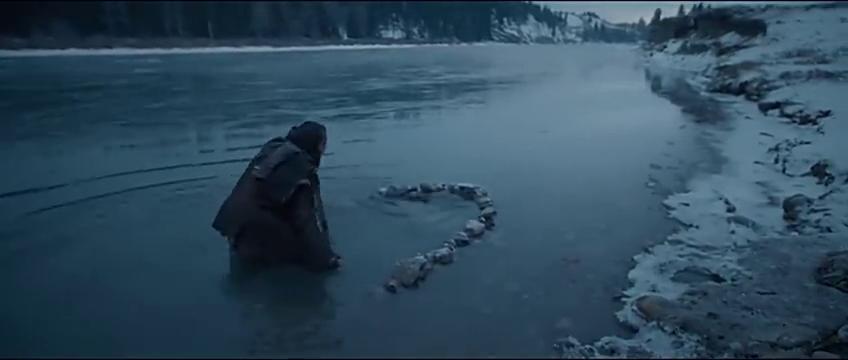 为了生存的格拉斯,下河捕捉鱼,作为食物
