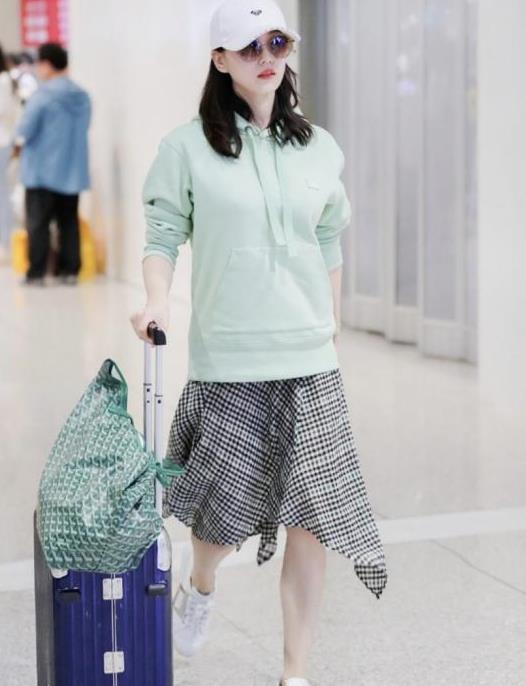 """刘诗诗真是""""扮嫩""""达人,穿薄荷绿卫衣嫩似""""学生妹"""",好减龄"""