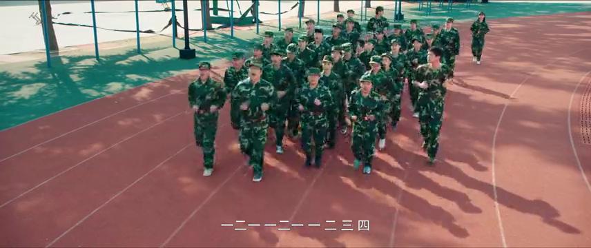 两个新生刚到学校,在军训的时候竟然杠上,吃饭的时候也不消停