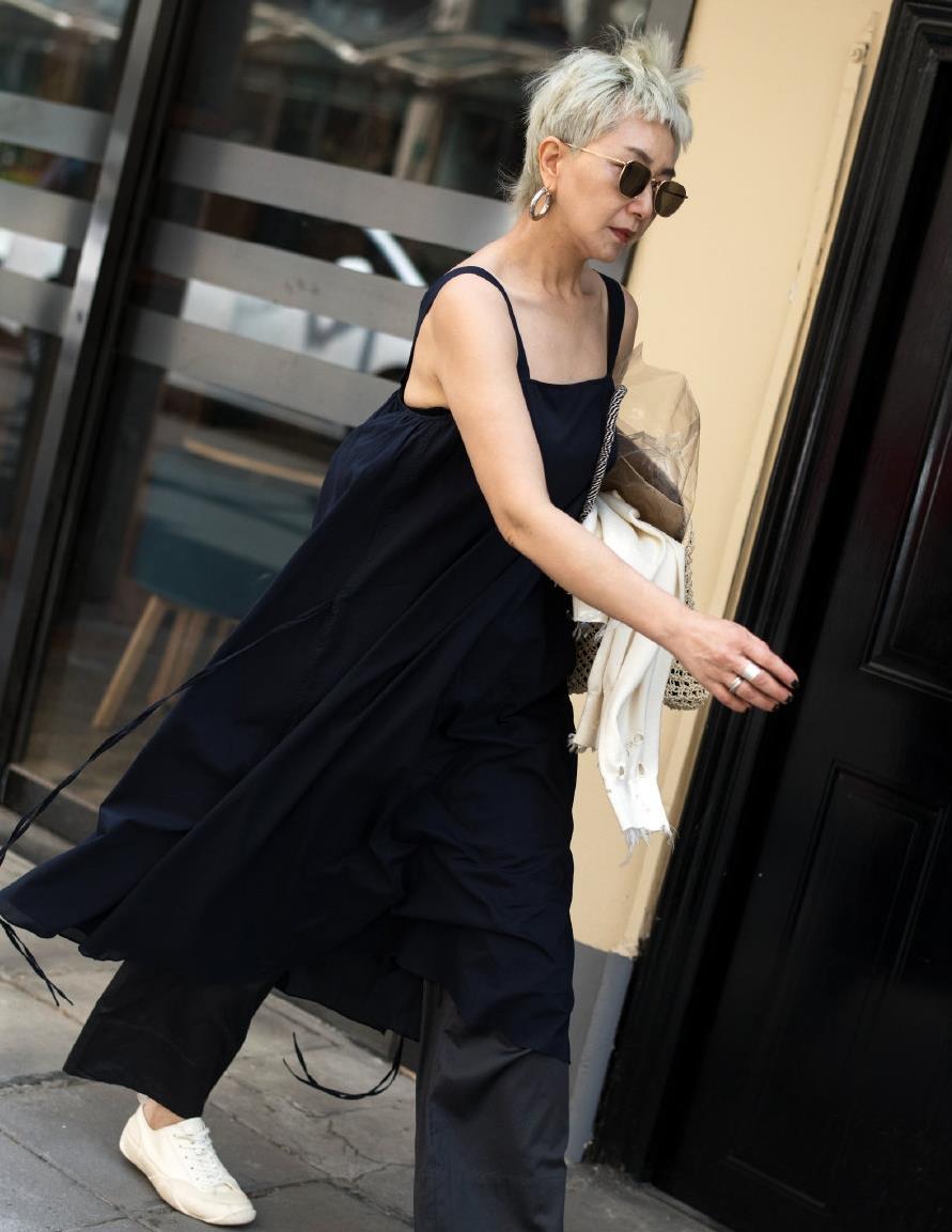 潮流的针织背心裙又火了,时髦经典,内搭衬衫就足够好看