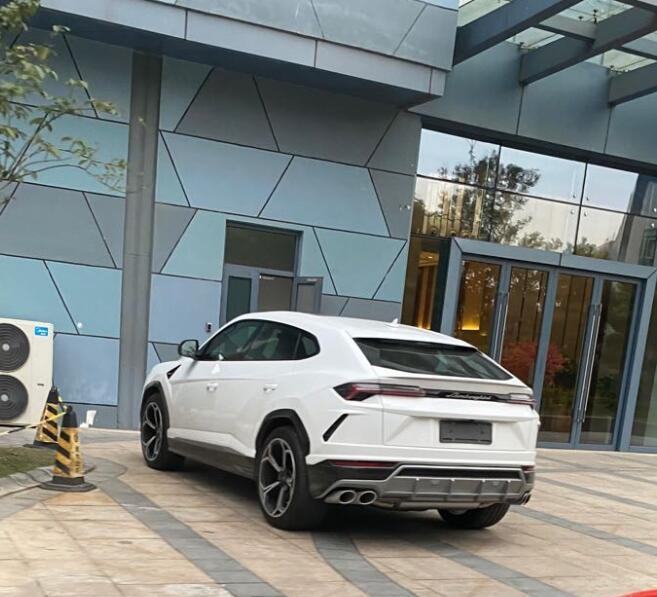南通普贤路街头实拍兰博基尼Urus,白色车身略显低调!
