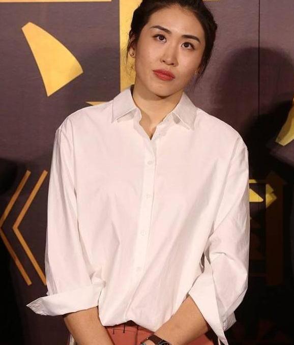 不愧是郎平的女儿,简单白衬衫都气场十足,很有妈妈的风范