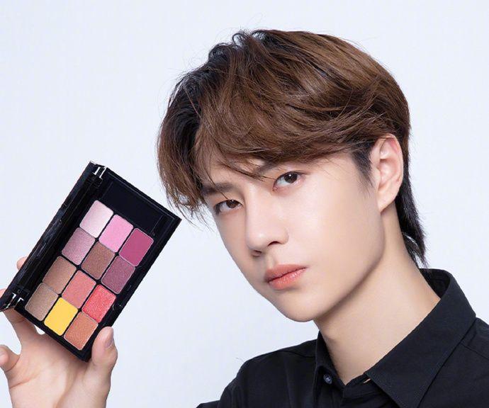 王一博现身植村秀X宝可梦2019,黑色衬衫亮相,尽显帅气形象