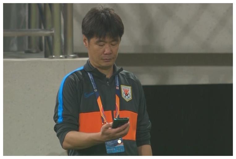 0-1!连续2场一球不进,李霄鹏古怪地看了看手机,怕球迷不满意?