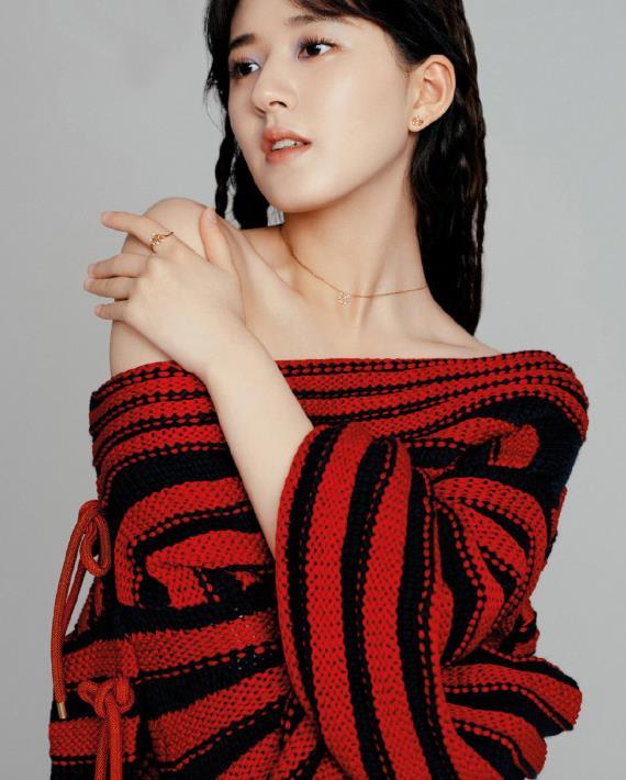 赵露思时尚感好强,穿红色条纹毛线衣,小露香肩令人惊艳