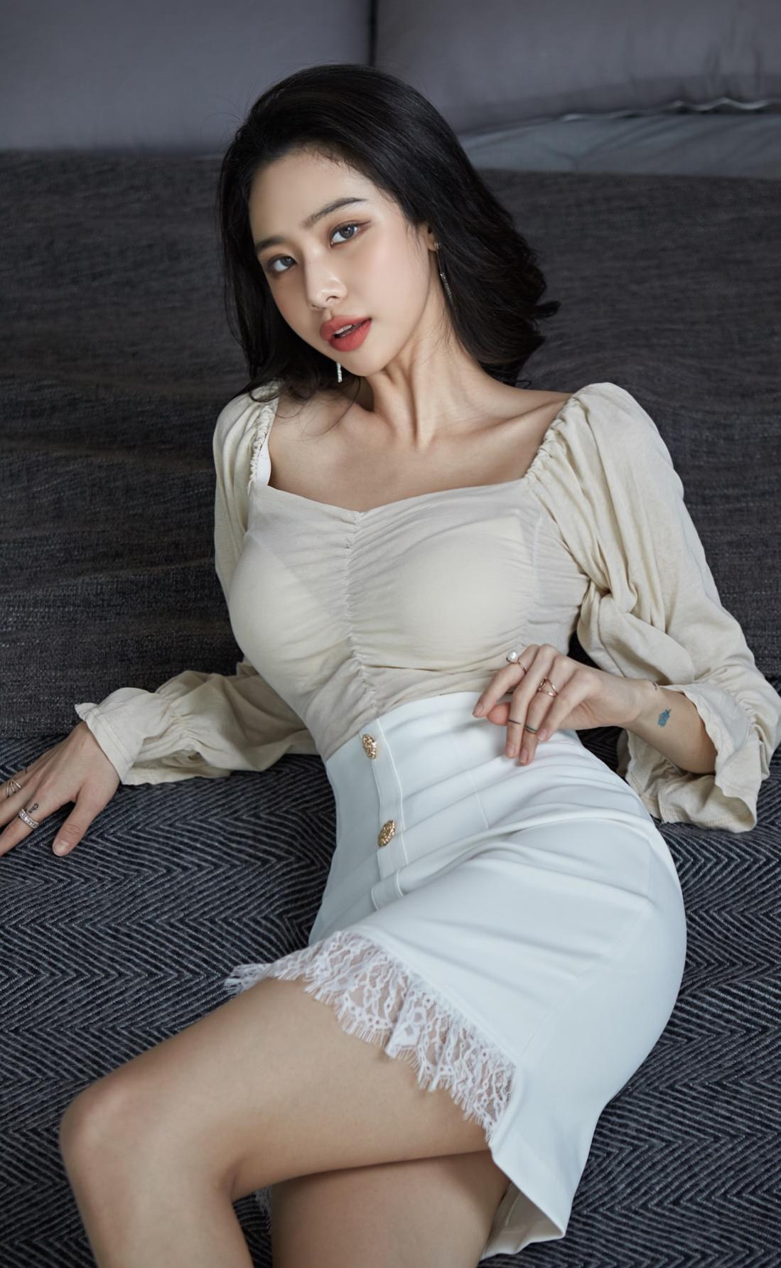 方领上衣纯白半身裙,典雅秀丽