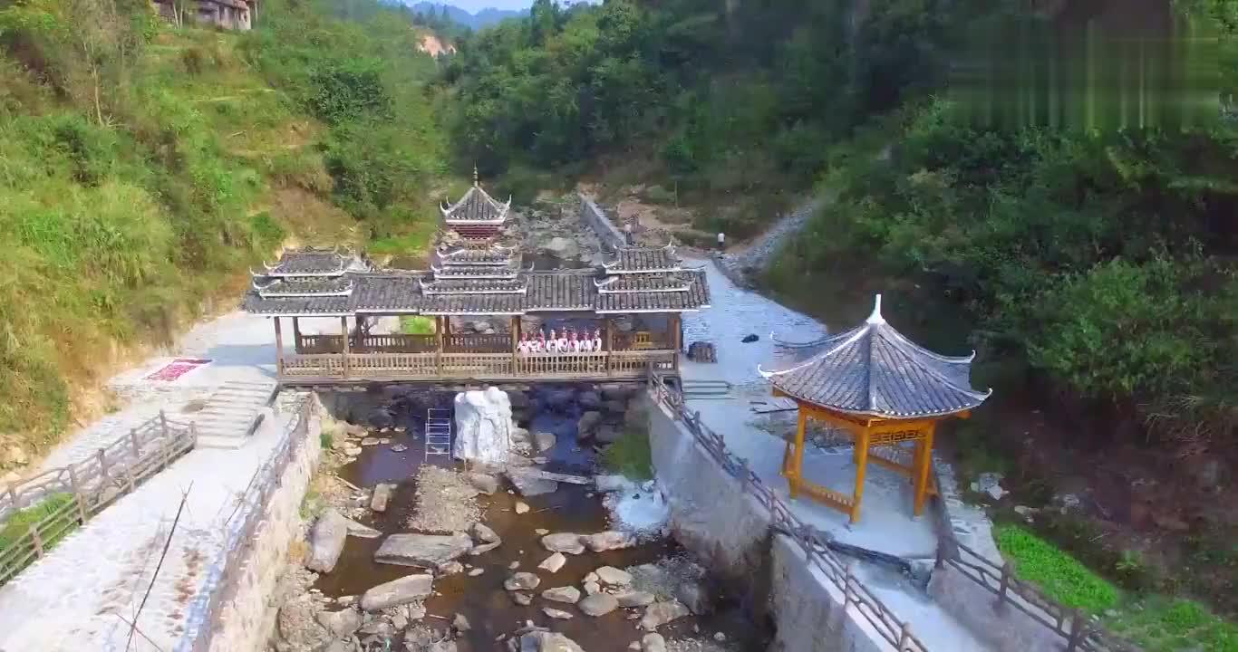 贵州侗寨风雨桥,桥上的哟侗族姑娘,太美了