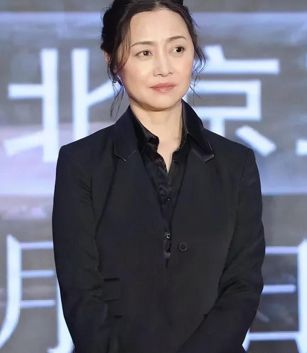 52岁刘蓓近照美得不敢认!身穿黑西装优雅干练,新发型太显气质