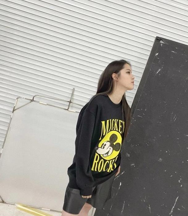 欧阳娜娜太会穿,全黑私服演绎时尚不羁,可是说好的大长腿呢?