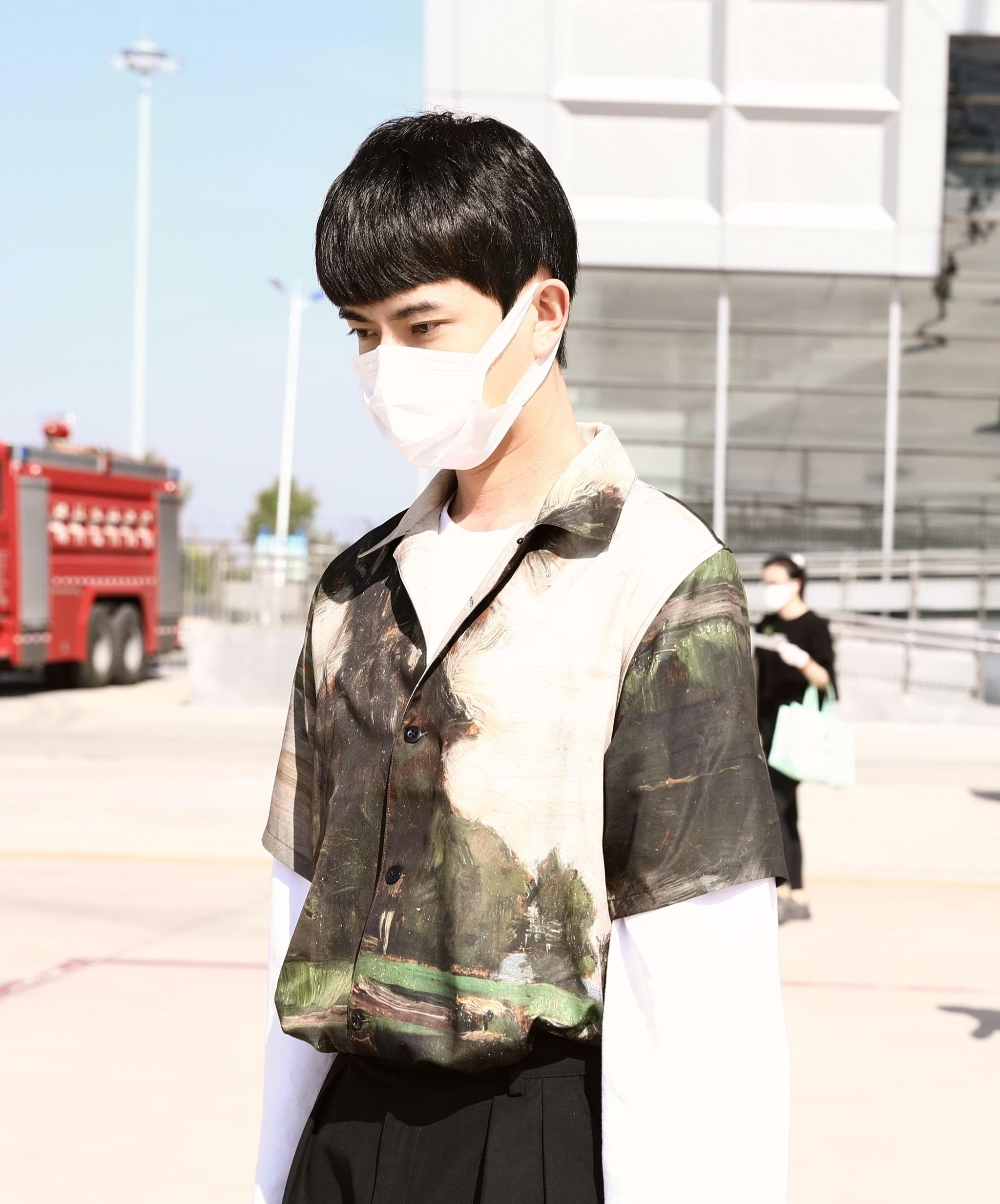 """于朦胧身穿一件""""复古feel衬衫"""",搭配垂感西装裤,A爆机场路人"""