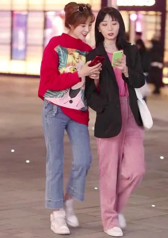 街拍:小姐姐身穿红色卫衣搭牛仔裤配小白鞋,青春靓丽时尚