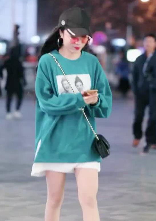 街拍:小姐姐身穿绿色长款卫衣,尽显美女大长腿