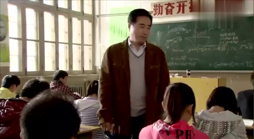 数学老师在讲台上正讲着课,学生接了两个字,全班哄堂大笑!