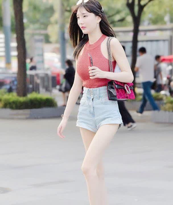 夏天选择短裤搭配无袖衫,让造型轻松远离路人感,靓丽又耐看