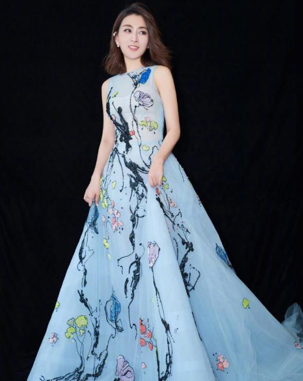 马苏原来这么瘦,一袭淡蓝色抹胸裙,秀出窈窕曲线真迷人