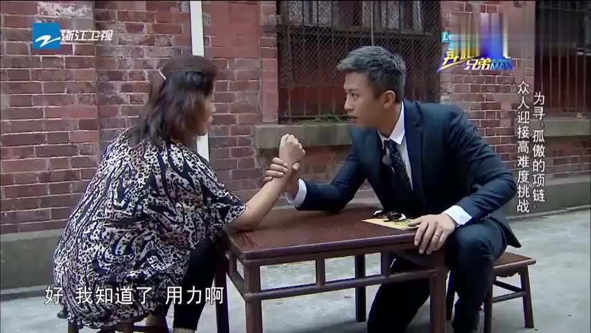 邓超在街头和大姐掰手腕,被发现另一只手作弊,直呼好没面子!
