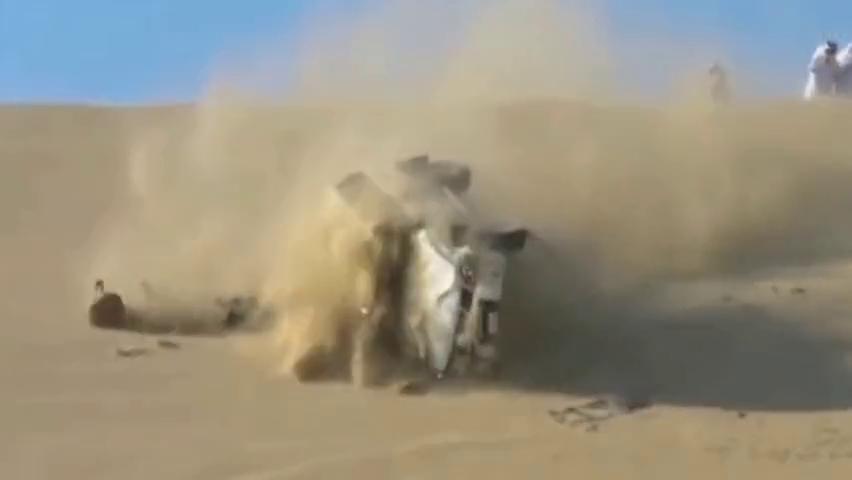 大浪淘沙,作死青年驾驶越野寻刺激,几人双双毙命,埋葬沙漠!