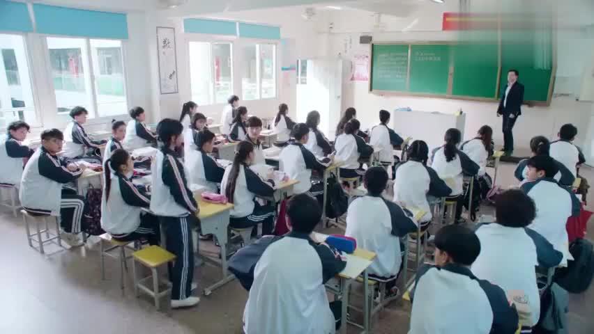 影视片段:顾小满黑板上解对题,被老师夸奖几句,她竟然哭了