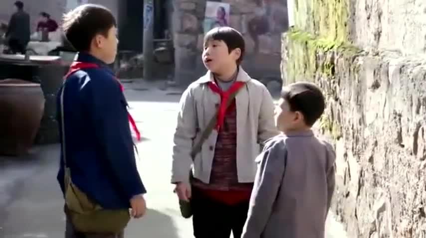 小孩爸爸没了,被同学欺负,不料同学爸爸也要打他,真惨