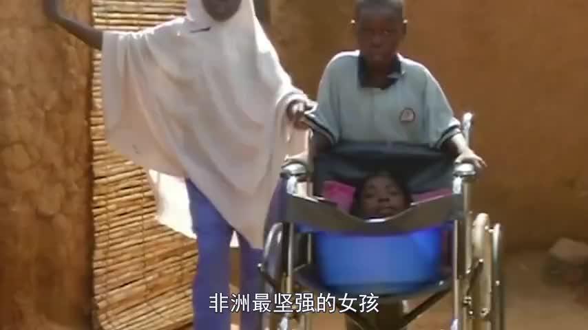 非洲最坚强的女孩天生没有四肢平常出门全靠一个盆