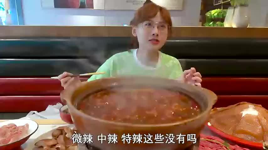 2米鹅肠比人还高!大胃王密子君一桌鲜货涮火锅,大鲍鱼鲜掉眉毛