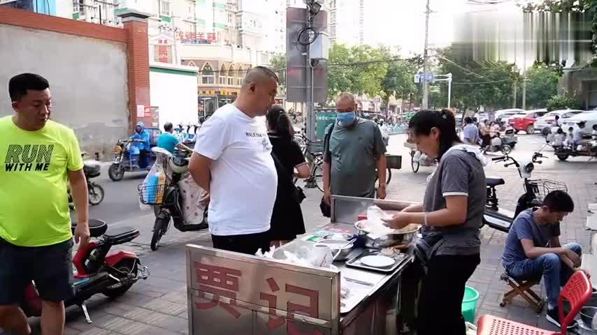 探访石家庄清真寺街,40年的街边小吃,6元一份,出摊就抢光