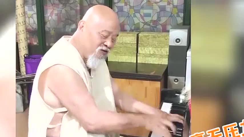 65岁老戏骨李琦近况曝光,胡子花白牙齿稀疏,弹琴手指飞快太灵活