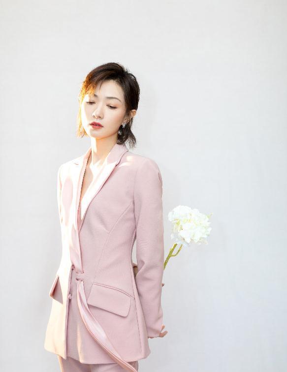 万茜一身粉色穿搭展现清新温柔,西装造型凸显干练优雅