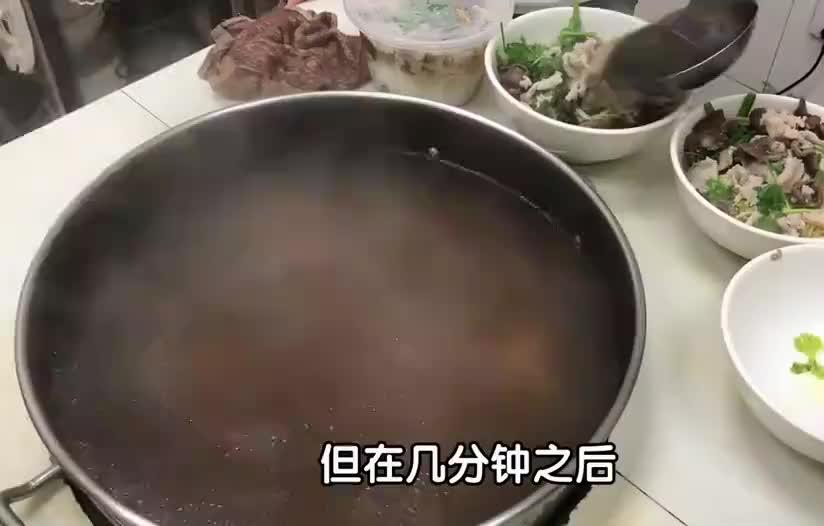 大叔炖一锅红藕汤,加猪杂、猪肉一大碗卖20元!老太吃完还要打包