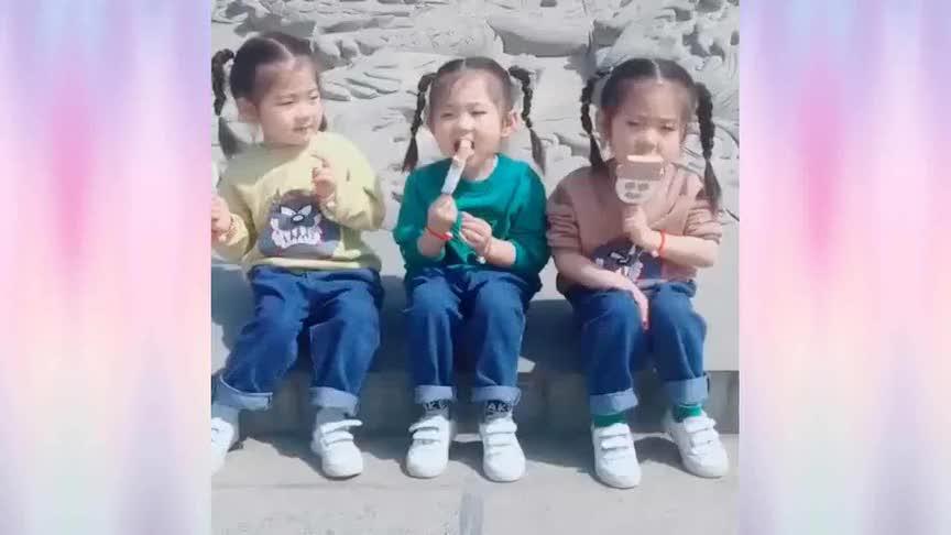三胞胎还得准备三份吃的,不然就会像这样抢起来,这一幕太可爱了