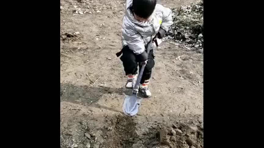 儿子一去爷爷家,就非要修一条水渠,看到这工程,为娘都佩服了