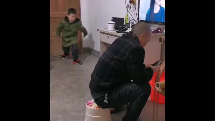 熊孩子上学不努力,坑爸爸总是一套一套的,真是三天不打上房揭瓦