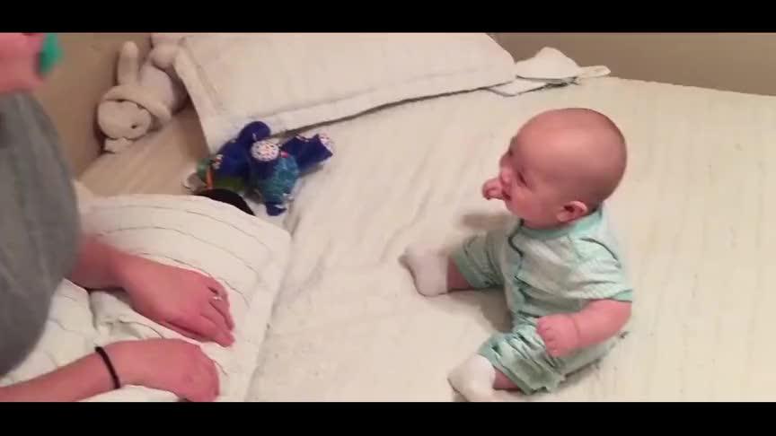 宝宝:妈妈,我可以躺下笑吗?坐着陪你笑真的很累!