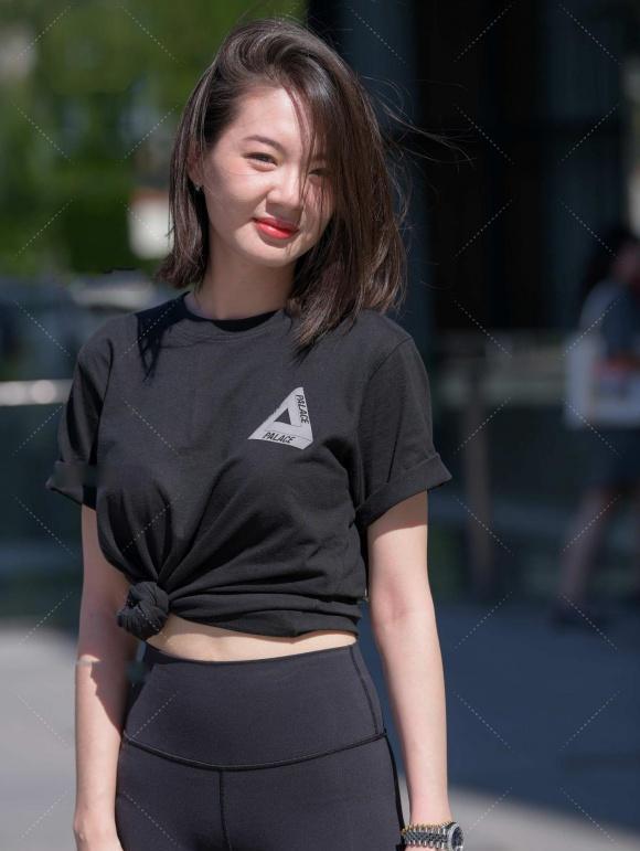 黑色T恤配黑色健美裤,美的低调又显成熟,优雅中更显健美的身姿