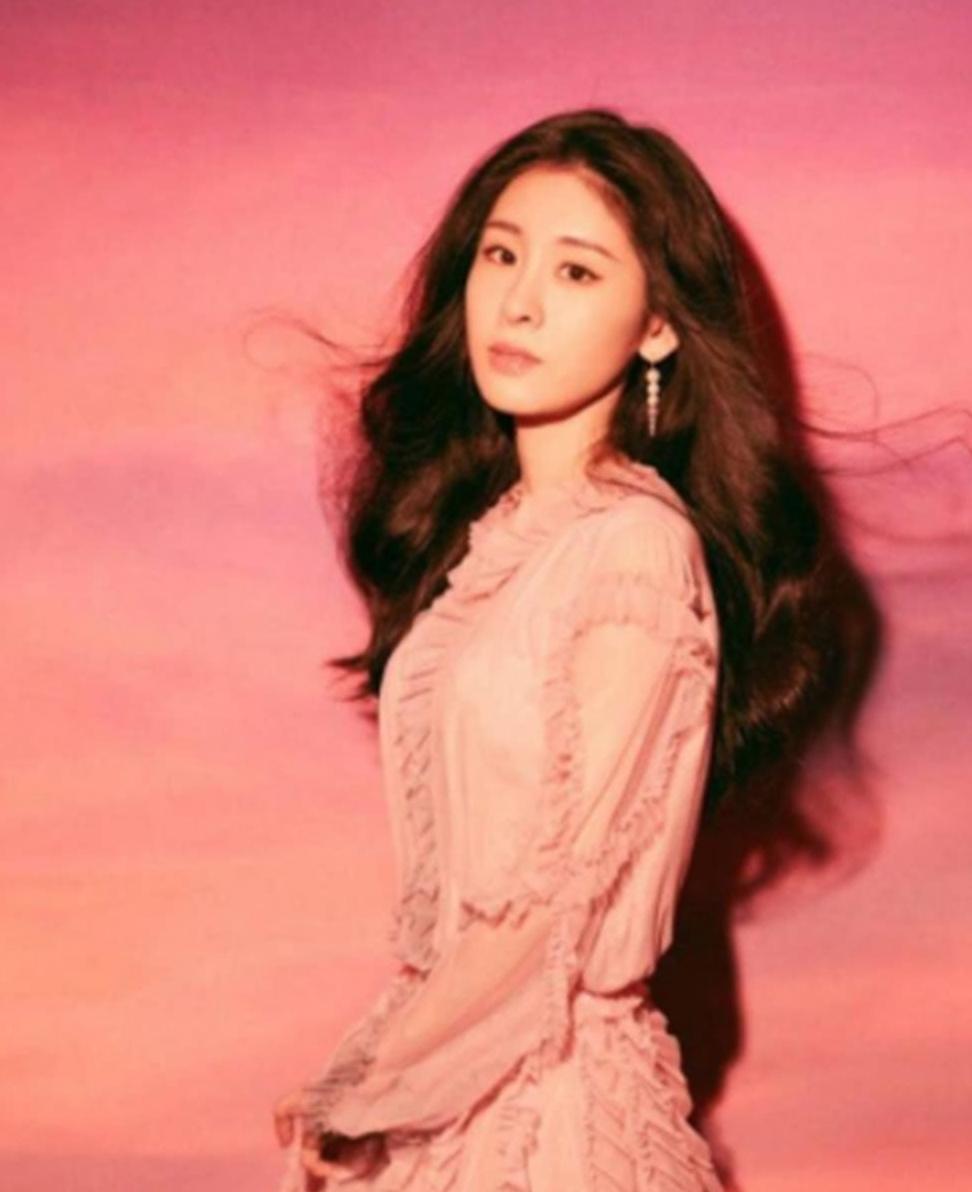 张碧晨一身粉色连衣裙,甜到让人无法转移视线,比少女还少女