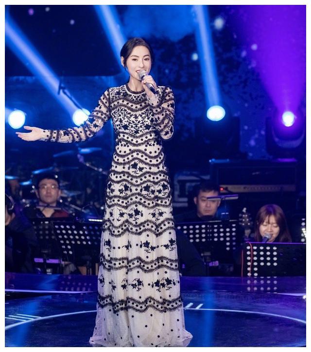 张柏芝再唱《星语心愿》,都3个孩子的妈身材还是完美,太不显老