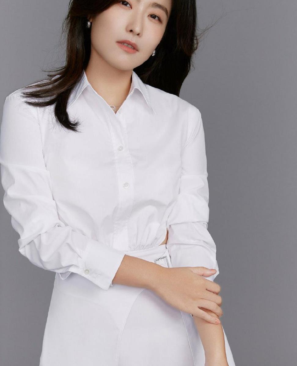 徐百慧真是东方美人,穿白色露腰衬衣裙秀高雅姿态,端庄又有气质