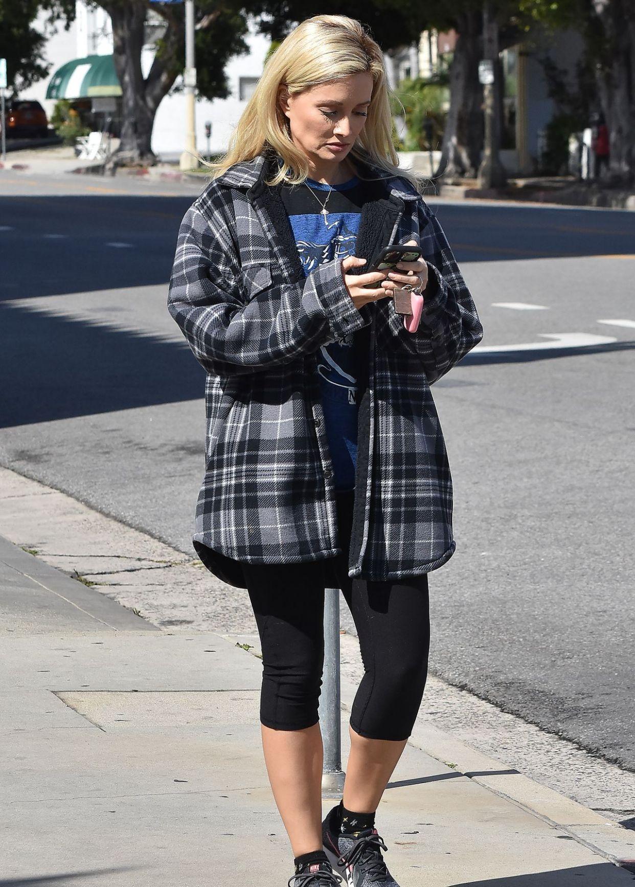 近日,欧美女星翰莉·麦迪荪holly madison穿上休闲服被街拍