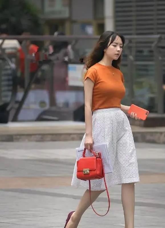 美女一条镂空的休闲裤,白色的色调让整体的搭配显得更加的优雅