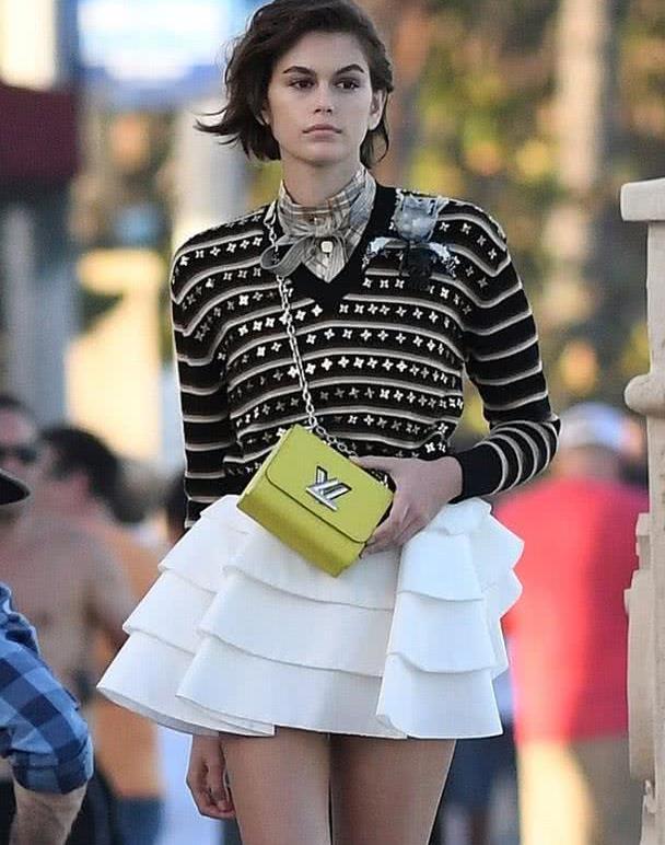 针织衫该咋搭配?牛仔裤穿出清新气息,裙装穿出时尚魅力
