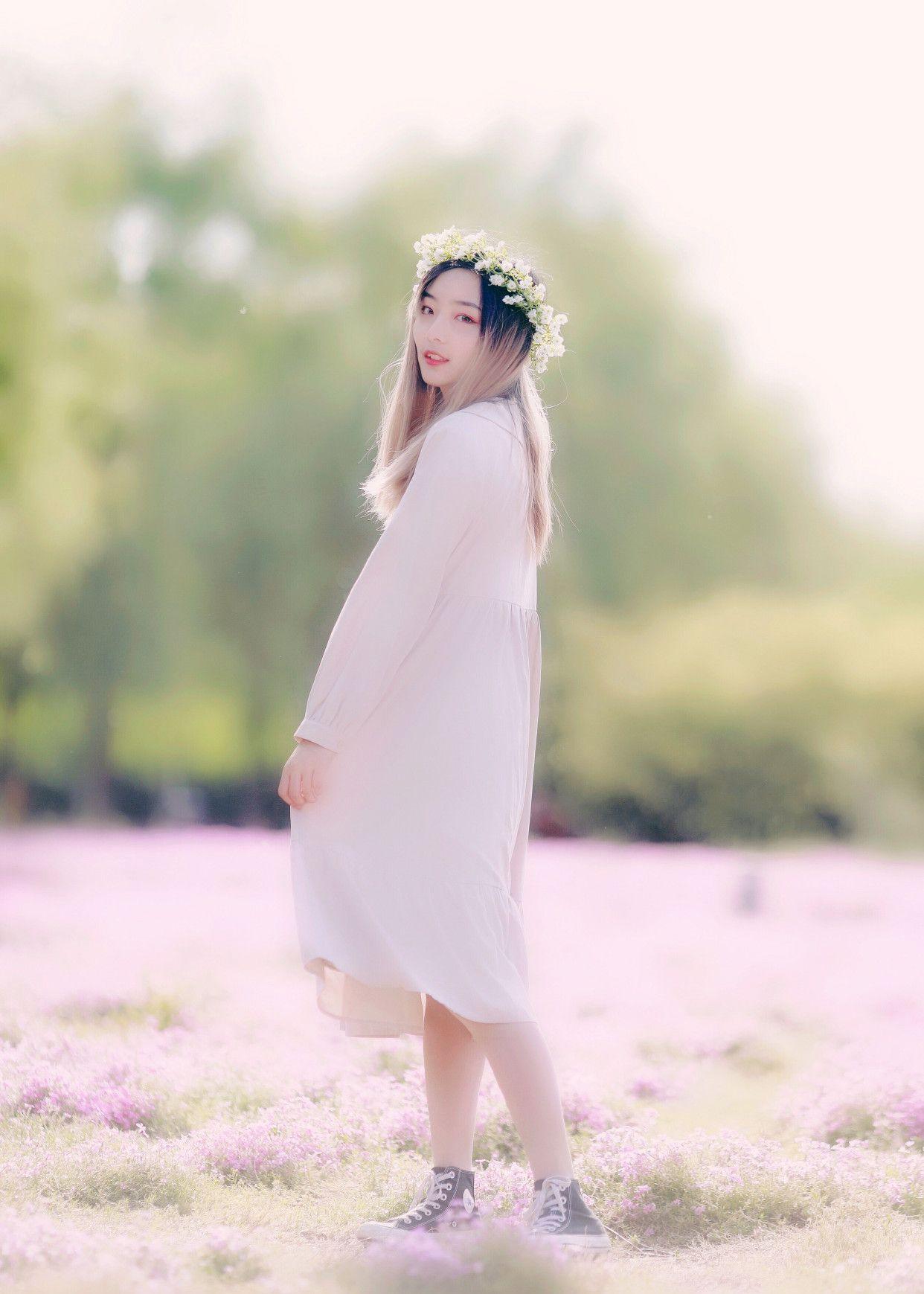 徜徉在花海绿地穿白裙的女孩儿