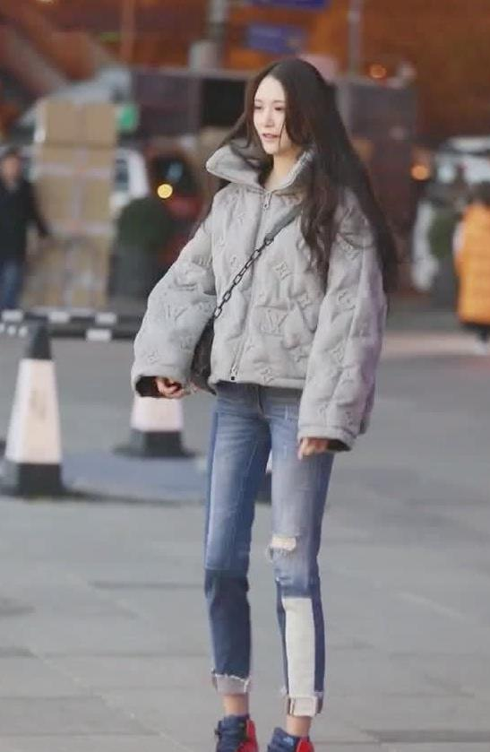 街拍:小姐姐上衣面包服搭牛仔裤,穿出休闲时尚风