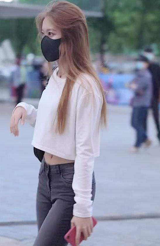 街拍:小姐姐身穿白色上衣搭牛杂牛仔裤,青春时尚穿出时尚风